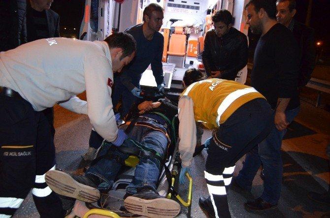 Duran Araca Çarpan Motosikletli Yaralandı