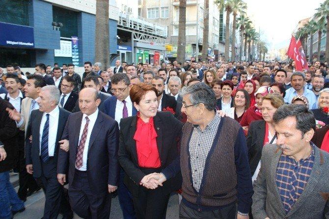MHP'li Akşener Vatandaşlarla Yürüdü