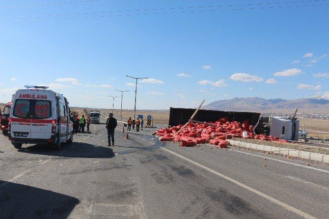 Soğan Yüklü Tır İle Otomobil Çarpıştı: 1'i Ağır 2 Kişi Yaralandı