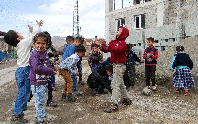 Van'da 'Çocuklar Taş Yerine Oyuncaklarla Oynasın' Kampanyası