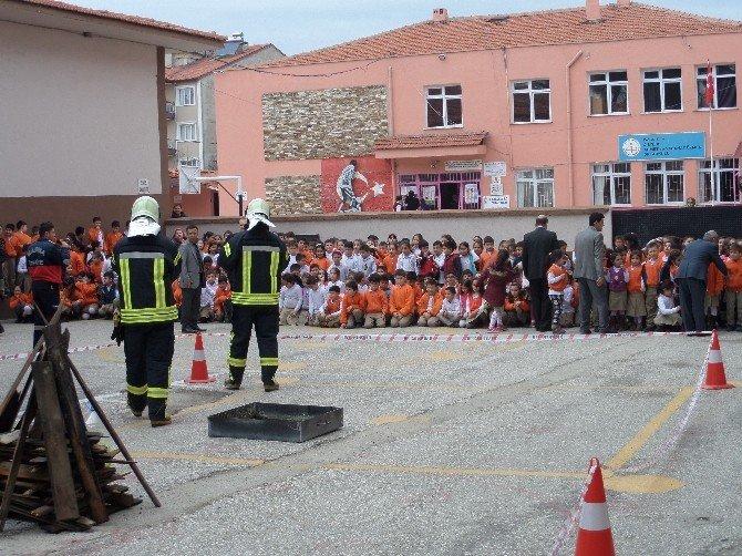 İlkokulda Uygulamalı Yangın Söndürme Eğitimi
