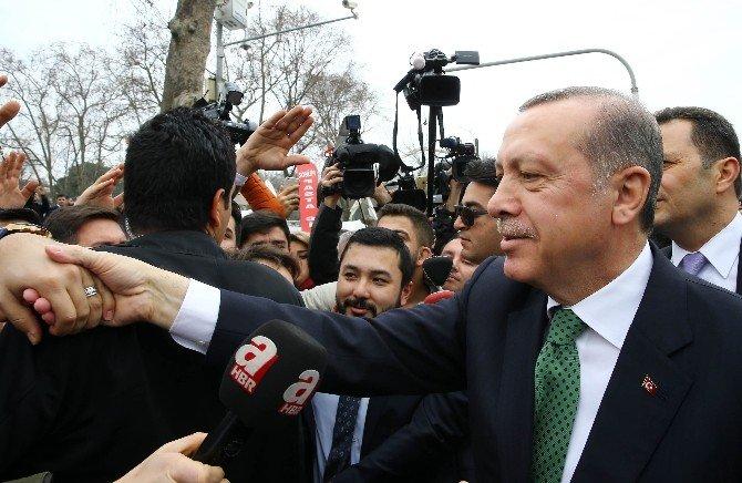 Cumhurbaşkanı Erdoğan'ın Konvoyunu Durdurup Doğum Gününü Kutladılar