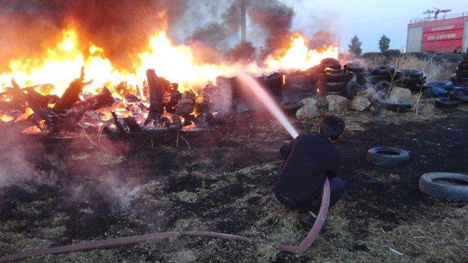 Bahçedeki Yangında Lastik Ve Odunlar Alev Alev Yandı