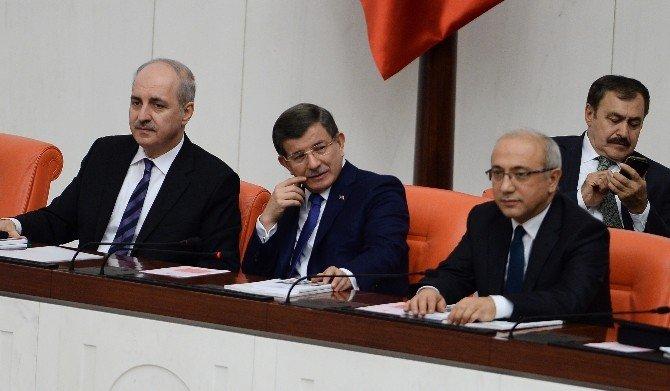 Başbakan Davutoğlu Alkışlarla Karşılandı