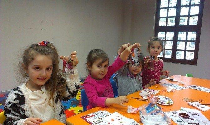 Çocuklar Bardak Süslemeyi Öğrenecek