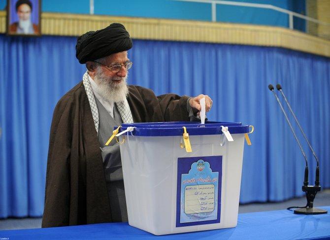 İran'da liderler oylarını kullandı