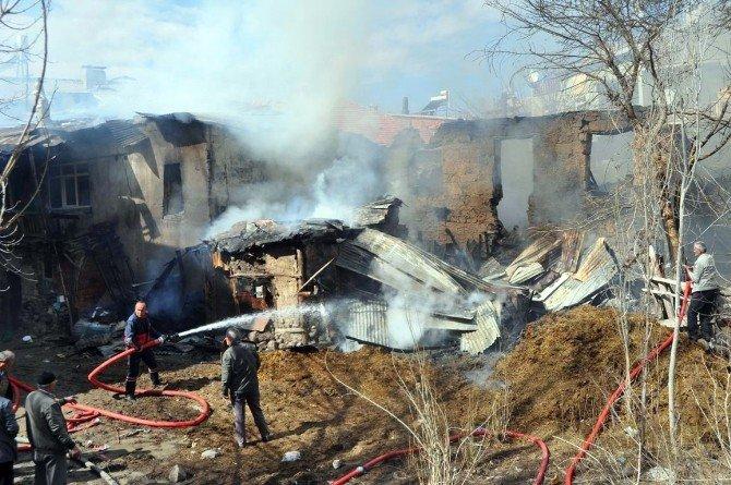 Üç Ev, Samanlık Ve Ahır Çıkan Yangında Kullanılamaz Hale Geldi