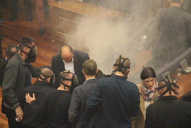 Kosova Meclisi'ne yine gaz atıldı