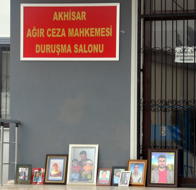 Madenci aileleri, duruşma salonu önüne eş ve çocuklarının fotoğrafını koydu