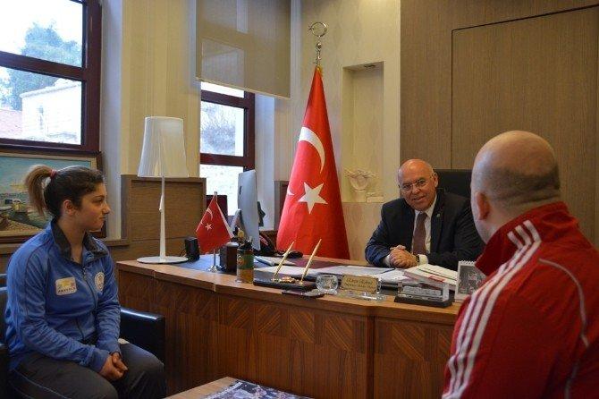 Milli Güreşçi Başkan Eşkinat'ı Ziyaret Etti