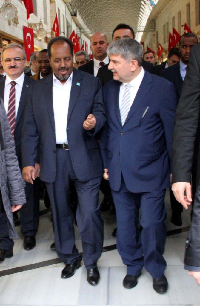 Somali Cumhurbaşkanı Mahmud, Bursa'da tarihi Koza Han'ı gezdi