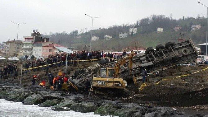 Tır, Deniz Kenarındaki Kayalıklara Uçtu: 1 Ölü