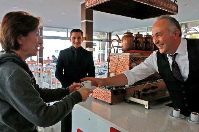 Başkan Vatandaşlara Kahve Yapıp İkram Etti