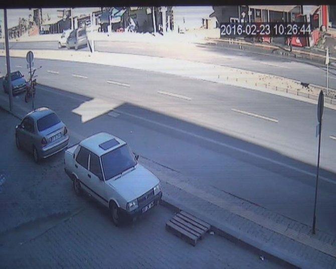 Ana yola çıkan köpeğin trafik kazasına sebep olması kamerada