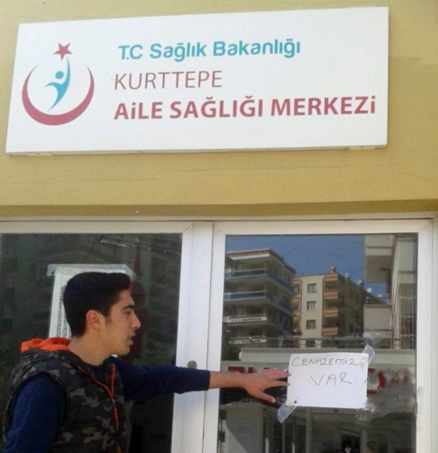 """Sağlıkçılar Kapıya """"Cenazemiz Var"""" Yazılı Kağıt Asıp, Sağlık Merkezini Kapattı"""