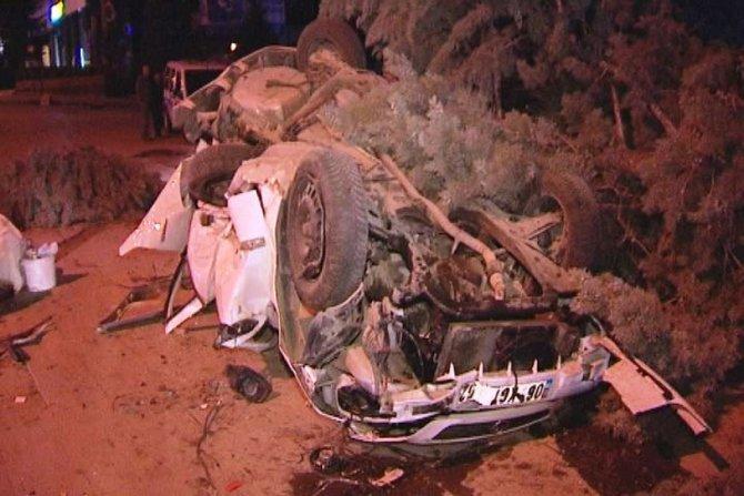 Lüks araç, çarptığı park halindeki otomobili bu hale getirdi