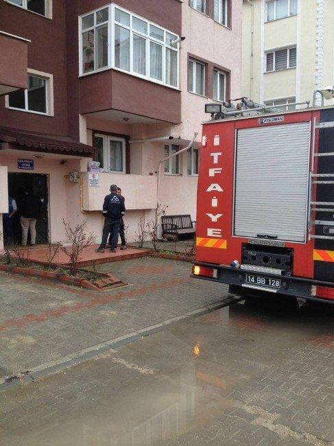 Bolu'da Apartmanın Çatısına Yıldırım Düştü