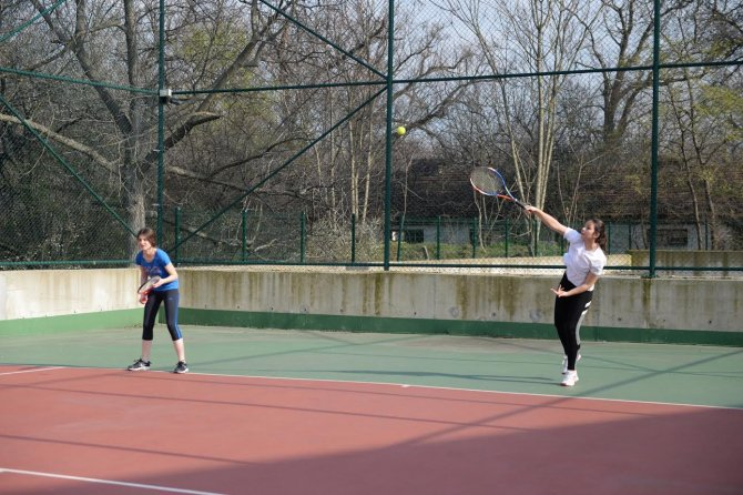 Öğrenciler tenis kontunda ter döktü