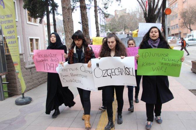 Liseli öğrenciler, tecavüzlere tepki için yürüdü