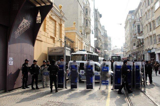 Rusya Konsolosluğu Önünde Kırım'ın İşgali Protesto Edildi