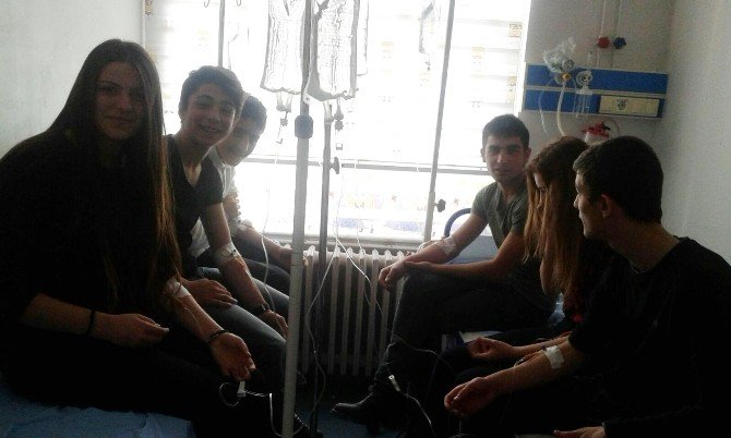 Zehirlenen Liselilerin Güle Oynaya Ambulans Macerası