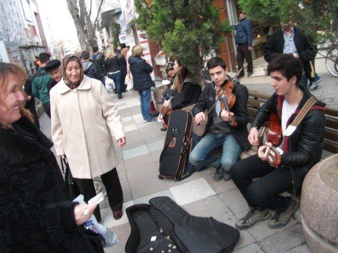 Öğrencilerden Caddede Müzik Ziyafeti