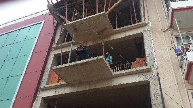 Dengesini Kaybeden İnşaat İşçisi Üçüncü Kattan Düştü
