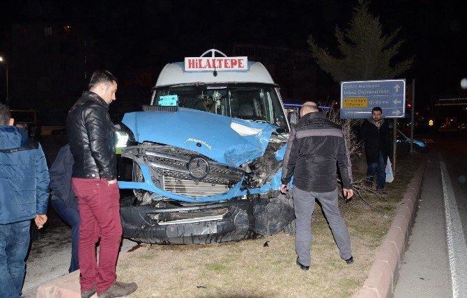 Yolcu Minibüsü İle Otobüsü Çarpıştı: 2 Yaralı