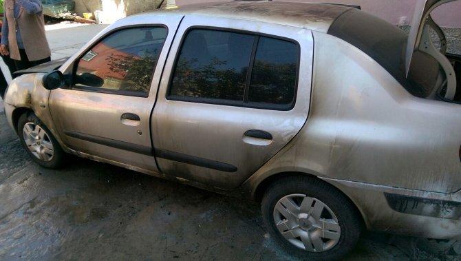Tarsus'ta bir araba molotof atılarak yakıldı