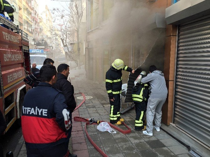Elektronik Dükkanında Çıkan Yangın Paniğe Neden Oldu