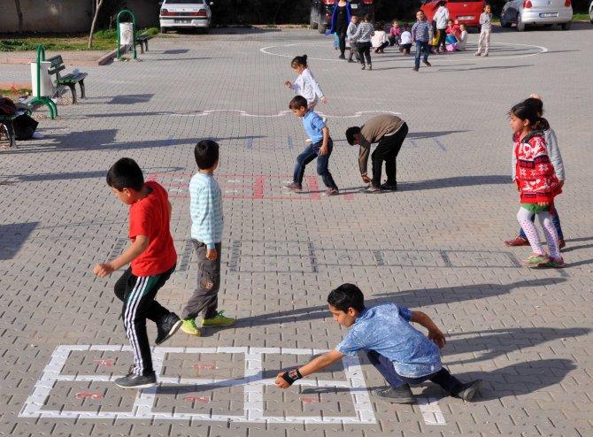 Okullarda öğrencilerin oyun alanlarının çizimi hükümlülerden
