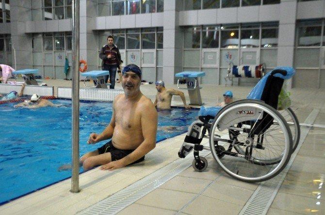 Sakarya'da Engelliler Yüzme Öğreniyor