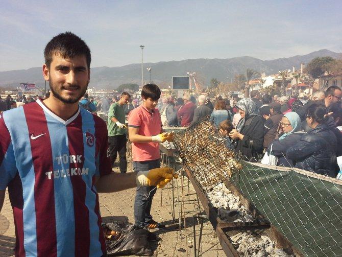 Akçay'da 6 ton hamsi dağıtıldı