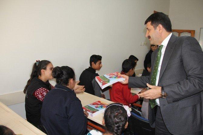 Ekinci, Öğrencilere Kaynak Kitap Dağıttı