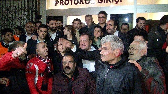 Maç Çıkışı Başkan Kızıl'a, Davul Zurnalı Galibiyet Kutlaması