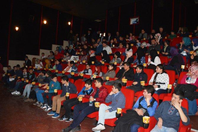 Köy okulu öğrencileri ilk defa sinemayla tanıştı