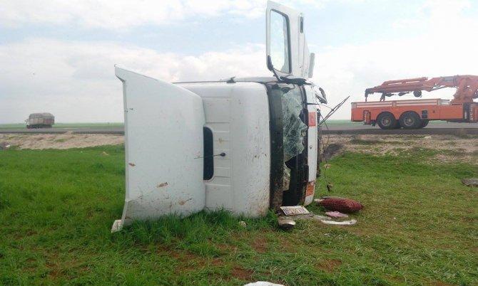 Tanker şarampole yuvarlandı, şoför yaralandı