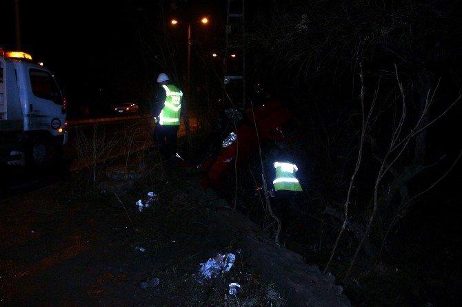 Takla Atan Otomobil Bahçeye Uçtu: 2 Yaralı
