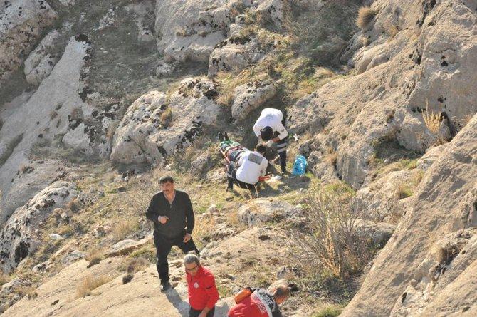 Arkadaşlarının fotoğrafını çekmek için kayalıklardan inerken düştü