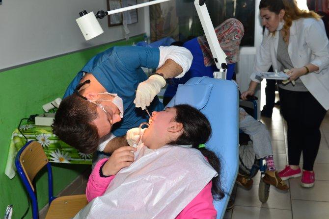 Gönüllü hekimler engelli öğrencilerin diş tedavisini yaptı