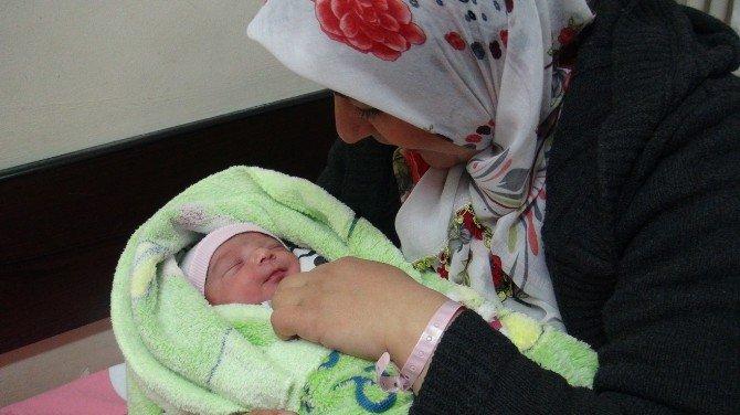 """Tatvan'ın """"29 Şubat Bebeği"""" 3 Buçuk Kilo Olarak Dünyaya Geldi"""