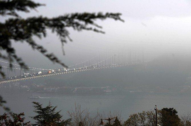 İstanbul Boğazı'ndaki Köprüler Yoğun Sis Nedeniyle Adeta Kayboldu