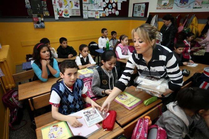 Konak Belediyesi, okulların tadilatı yapıp kitap hediye etti