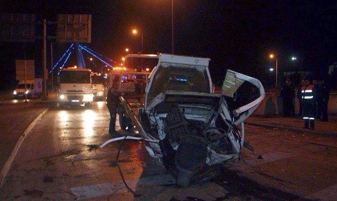 Korkuluklara Çarpan Araçtan Dışarı Fırladılar: 2 Ölü