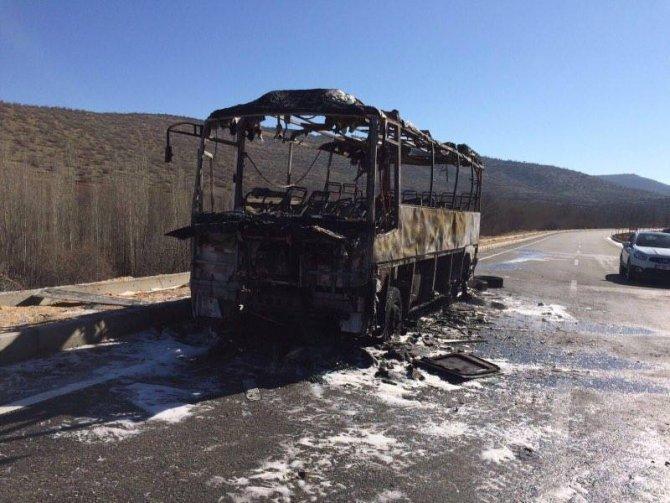 Nusaybin-Diyarbakır arasında yolcu taşıyan otobüs yandı