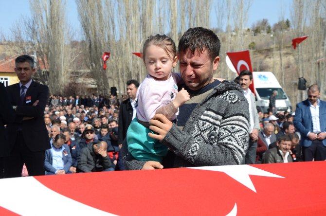 Şehidin üç yaşındaki kızının babasına son bakışı