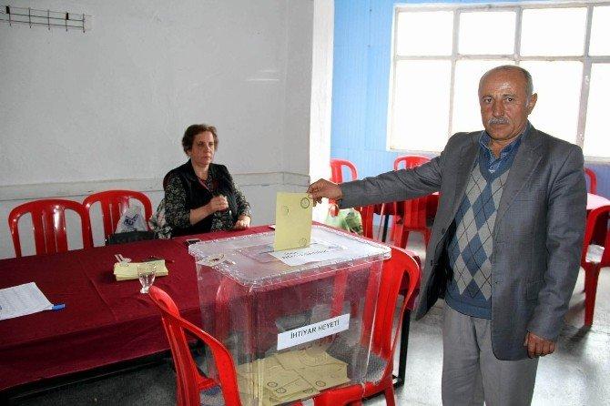 Azalar İstifa Etti Köylüler Seçime Gitti