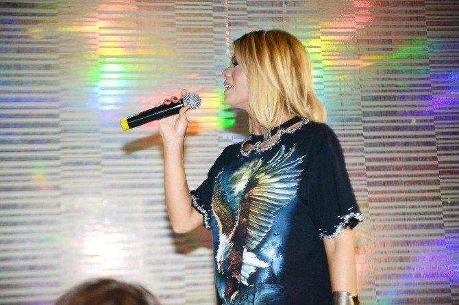 Ünlü Şarkıcı Kendi'den İzmir'de Muhteşem Konser