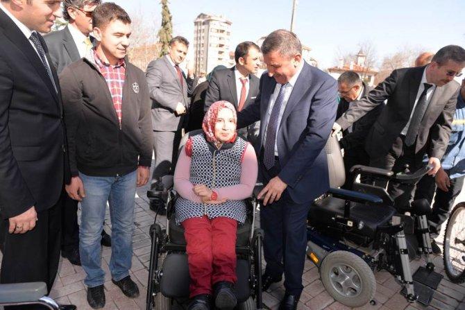 Almanya'dan gelen tekerlekli araçlar engellilere dağıtıldı