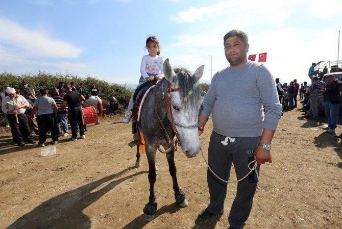 Yörük Kızları Atları Fırtına Gibi Estirdi